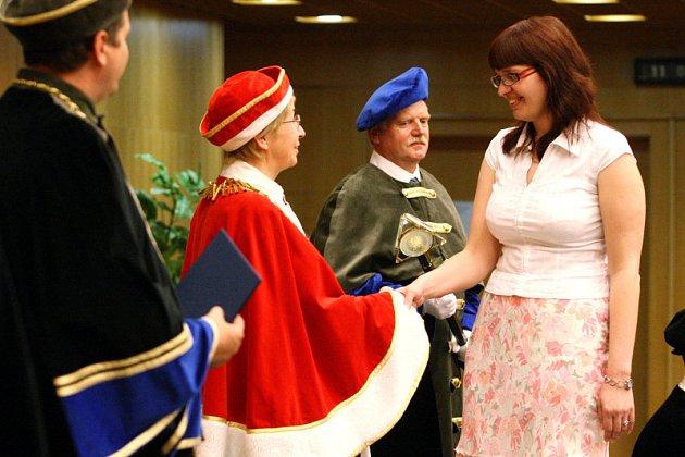 Diplom převzaly stovky vysokoškoláků