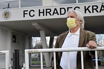 Smutný pohled... Na Všesportovním stadionu tráví Ladislav Škorpil spoustu času. Coby trenér tu zažil krásné bitvy. Ty ve vzpomínkách zůstávají. Fotbal naživo mu teď hodně schází.