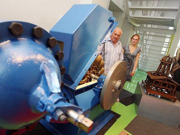 Peltonova turbína v královéhradeckém Informačním centru Obnovitelné zdroje.