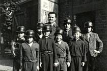 Členové SDH Březhrad před prvorepublikovou zbrojnicí.