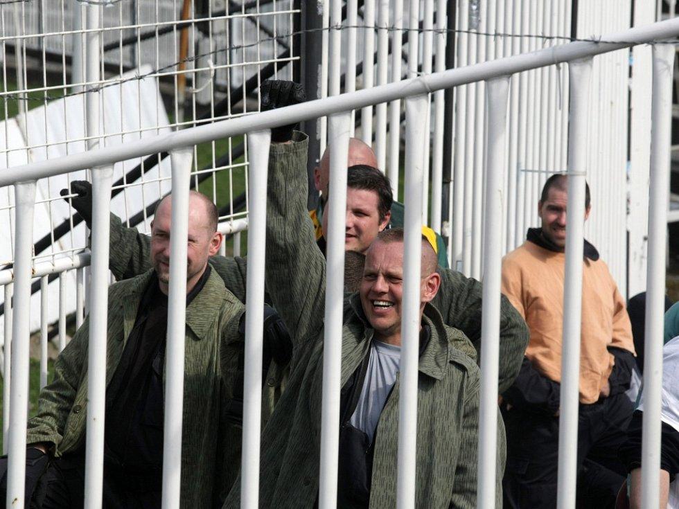 Pořádkové jednotky a trénink zásahu na hradeckém fotbalovém stadionu.