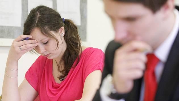 Studenti u státních maturit.