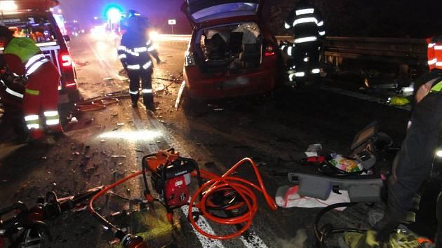 Vážná nehoda zastavila provoz na I/33 u Hradce Králové.