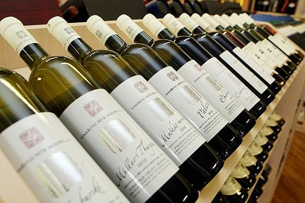 Vybrat dobré víno pomůže znalec. Konzultace s ním zabrání, aby si laik v obchodě připadal jako ve španělské vesnici.