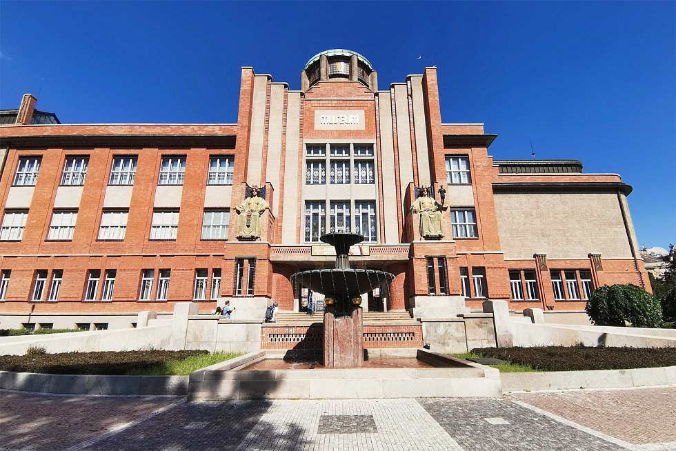 Muzeum východních Čech v Hradci Králové sídlí v secesní muzejní budově postavené v letech 1909 až 1913 architektem Janem Kotěrou. V roce 1995 bylo muzeum prohlášeno národní kulturní památkou.