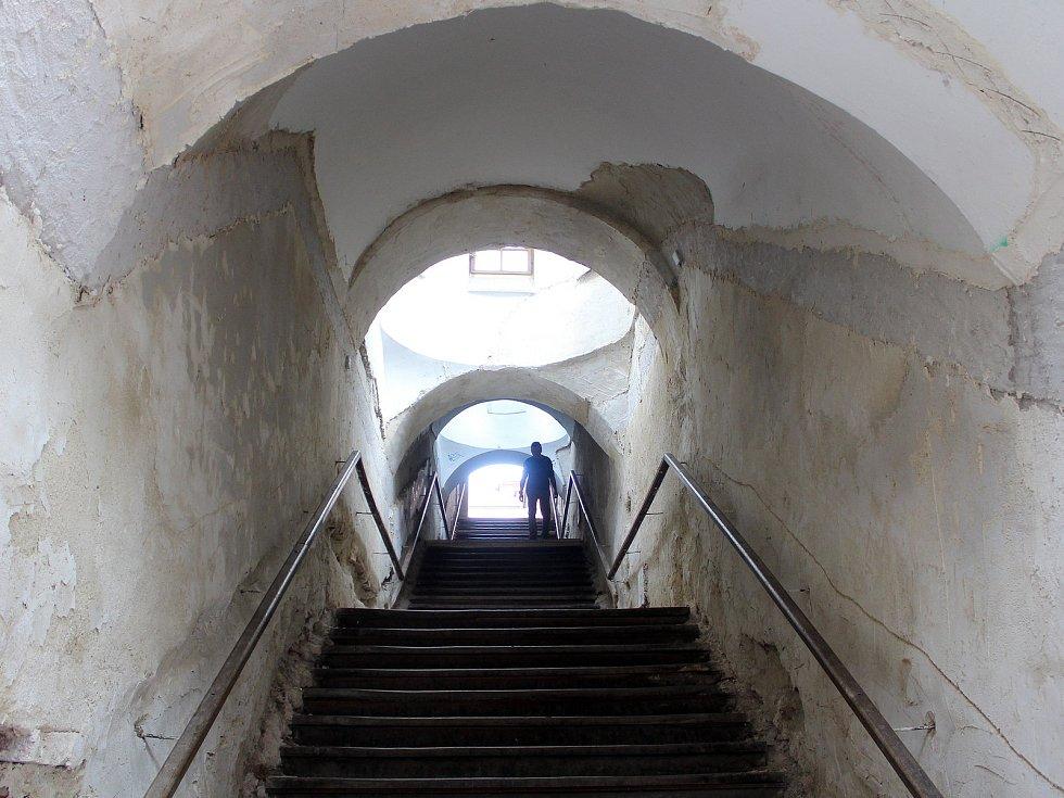 Druhá fáze oprav začne ve druhé polovině července. Na rekonstrukci dohlédne odbor památkové péče hradeckého magistrátu v čele s Janem Faltou.