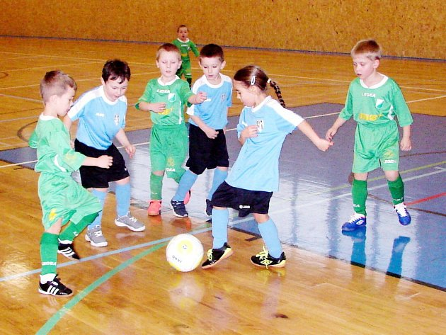 Turnaj fotbalových minipřípravek ve sportovní hale ve Vysoké nad Labem.