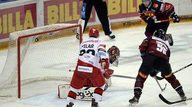 HC Sparta Praha - Mountfield HK: David Tomášek ze Sparty (vpravo) střílí první gól.