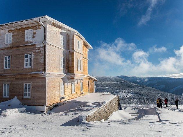 Petrova bouda v Krkonoších již v podobě boudy a nikoliv stavenišťě.