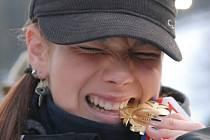 """JE PRAVÁ. Absolutní vítězka 46. ročníku Skiinterkritéria Valentina Volopichová se symbolicky """"zakousla"""" do zlaté medaile. Plzeňská starší žákyně nenašla přemožitelku ve slalomu a obřím slalomu."""