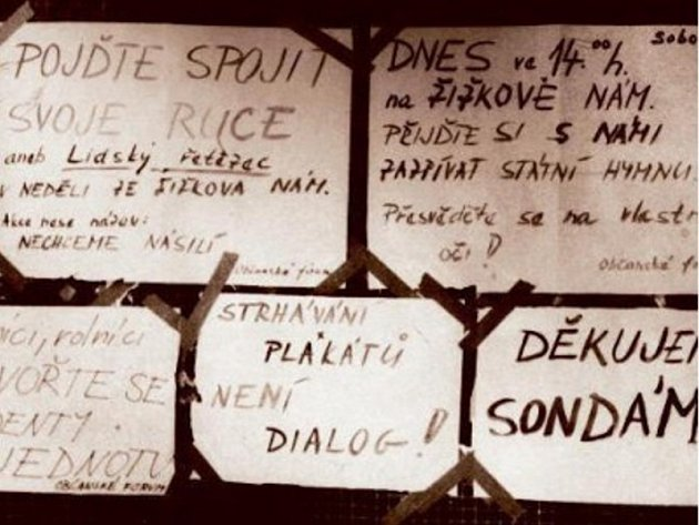 Kolem 17. listopadu 1989 se po Hradci konaly demonstrace a setkání. Zvonilo se klíči a lidé se spojovali v lidský řetěz.