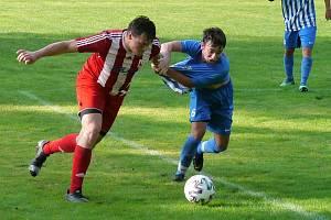 Nováček z Jaroměře (v červenobílém) překvapivě hladce (3:0) zvítězil v Libčanech.