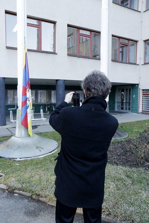 Vlajka pro Tibet před královéhradeckým magistrátem.