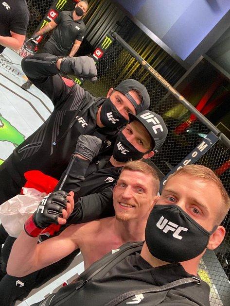 Osmadvacetiletý bojovník David Dvořák zHradce Králové na galavečeru UFC Fight Night: Font vs. Garbrandt vApex centru vLas Vegas porazil Juancamila Ronderose zKolumbie ještě před limitem.