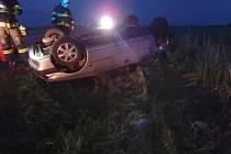 Automobil skončil převrácený na střeše.