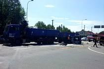 Dopravní nehoda osobního a nákladního automobilu na hradeckém Slezském Předměstí.