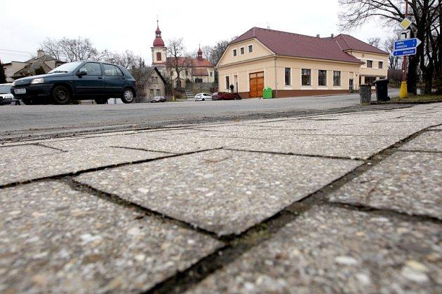 Po letech odkladů, kdy se vždy vyskytly akutnější požadavky, se obec letos konečně hodlá pustit do obnovy chodníků.