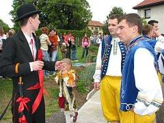 Staročeské vyvádění děvčat a kácení máje ve Hvozdnicích a Libčanech.