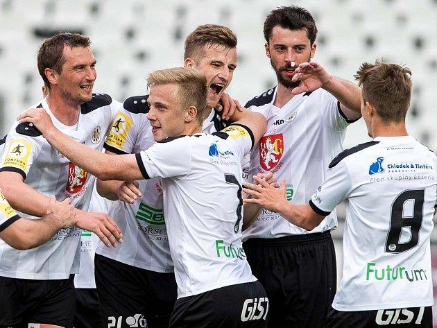 Radost hradeckých fotbalistů v čele se střelcem Janem Pázlerem