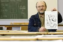Výtvarník, sochař a řezbář Jindřich Rychter se skicou královny pro festival Snow Days Chicago.