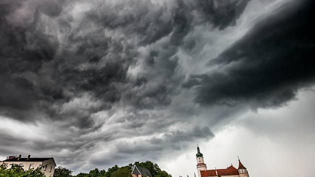 Bouřkové mraky nad novoměstským zámkem.