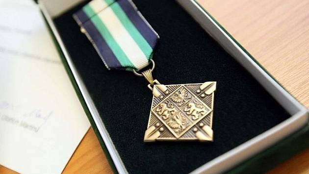 Zachránci. David Vídeňský, Otakar Pecen a Jiří Myška pomohli zraněnému motorkáři bez váhání. Za svou pomoc byli oceněni čestnými medailemi.