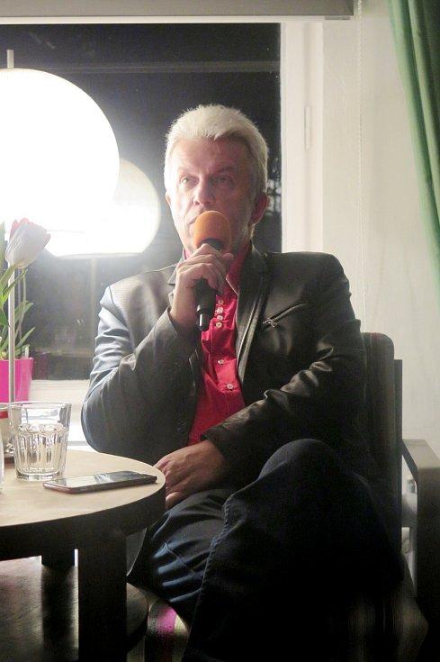 Večery pod Bílou věží - houslista Jaroslav Svěcený v hradeckém Artičoku.