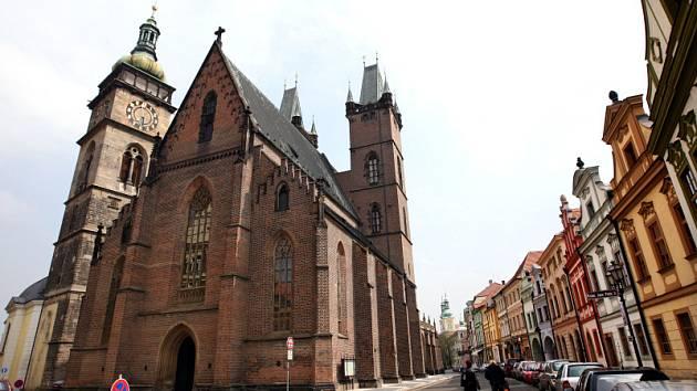 Katedrála svatého Ducha. Do siluety kostela zasáhla regotizace věží prováděná v roce 1901 podle projektu L. Láblera. Ze dvou předložených variant na sedlový a jehlancový tvar střechy zvítězil druhý z návrhů, který se také uskutečnil.