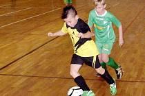 Decathlon halový fotbalový okresní přebor mládeže kategorie mladších elévů - snímek z utkání Černilov (žlutočerný dres) versus Kunčice (zelený dres).