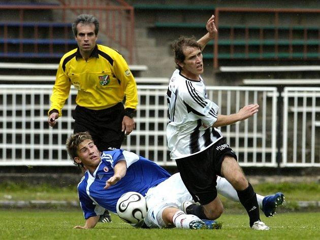 FC Hradec B - Slavia B 0:3. Zleva Lukáš Vácha a hradecký Vladimír Gavula.