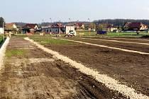 Výstavba nového fotbalového hřiště s umělým povrchem v Kobylicích.