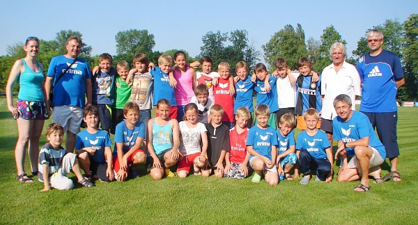 Účastníci fotbalového kempu vChlumci nad Cidlinou.fot