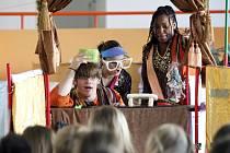 Studenti divadelní školy v americkém Utahu zahráli dětem přímo na chodbě školy.