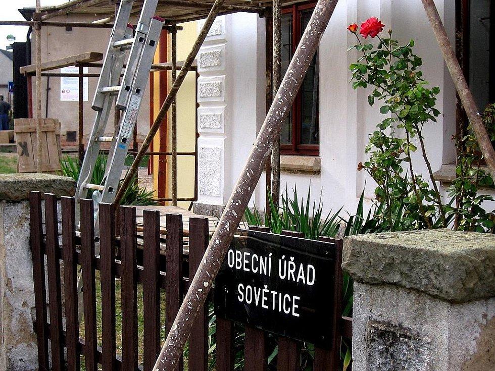 Konečné úpravy obecního úřadu před slavnostním otevřením dětského a všesportovního hřiště v Sověticích.