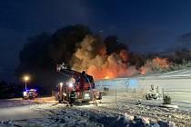 V Sendražicích na Hradecku hoří hala.