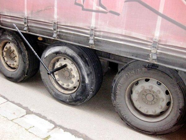Poškozené kolo nákladního automobilu.