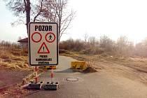 Stezku k obchodní zóně na Hradubické město muselo před lety zrušit. Chodci a cyklisté ji přesto dál využívají.