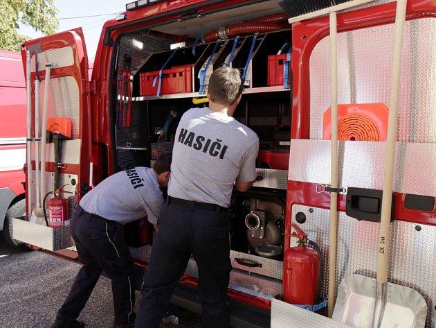 Z předání vozidel dobrovolným hasičům ze Svinar v létě roku 2015.