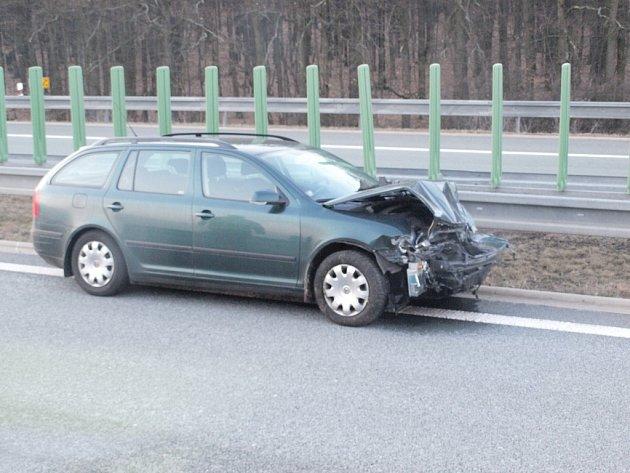 Havarované vozidlo na dálnici D11.