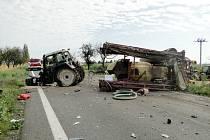 Dopravní nehoda traktoru a kamionu na silnici I/33 mezi Hradcem Králové a Jaroměří u odbočky na Předměřice nad Labem.