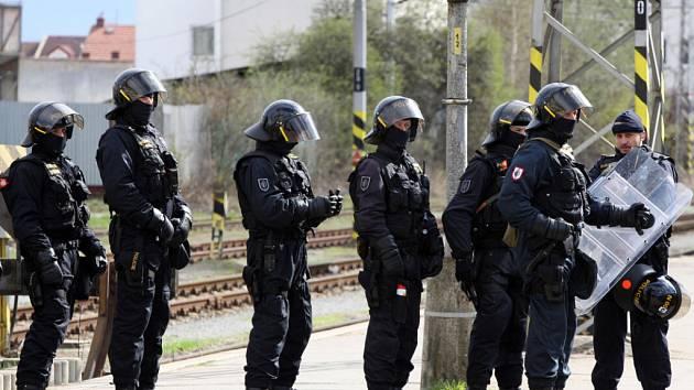 Policisté čekající na příznivce fotbalového Baníku Ostrava na nádraží v Hradci Králové.