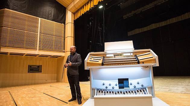 Nové varhany v sále Filharmonie Hradec Králové.