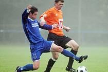 Snímek z divizního derby Převýšov (modré dresy) - FC Hradec B (1:1).