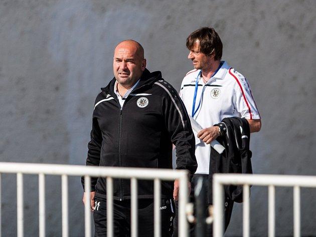 Vlevo trenér Bohuslav Pilný.