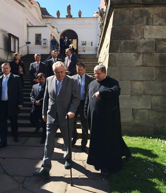 Delegace na návštěvě Broumovského kláštera