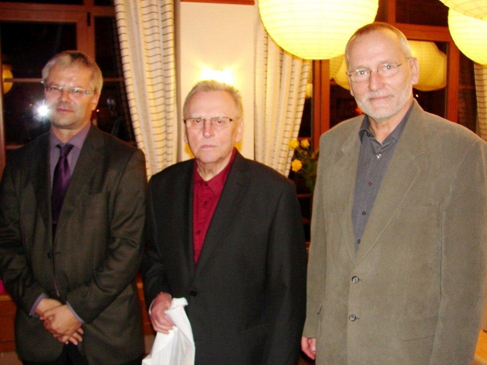 """Předseda OFS Hradec Martin Zbořil, oceněný jubilant """"80"""" Ivan Černík a primátor města Zdeněk Fink."""