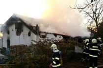 Požár dílny u rodinného domu v obci Dolní Přím.
