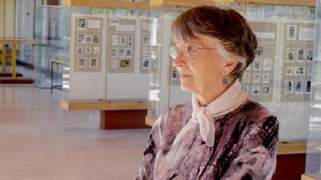 MARIE RUMLAROVÁ před svou sbírkou exlibris v Galerii Na Mostě.