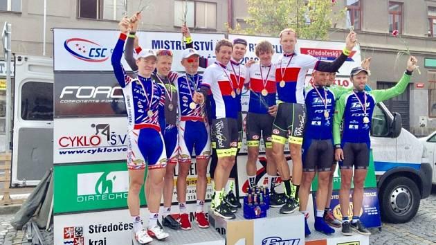 Mistři České republiky v časovce družstev – závodníci stáje Whirlpool  Author (čtveřice uprostřed). ... 5a2325a0a6