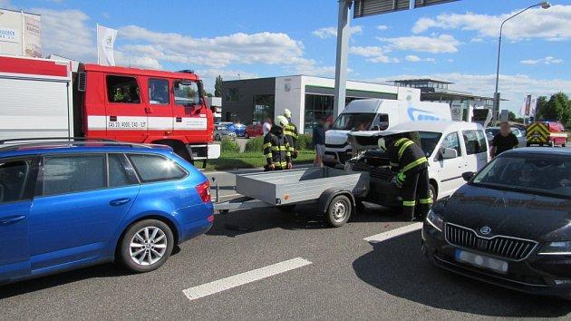 Dopavní nehoda tří vozidel na Rašínově třídě vHradci Králové.